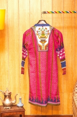 Dynamic and attractive pink printed shirt with beautiful pattern and long V-collar. Perfect wear for the winter.
